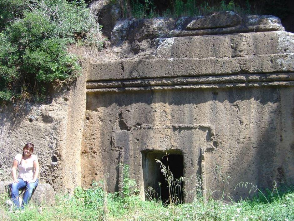 Davanti ad una tomba etrusca a Blera (VT)