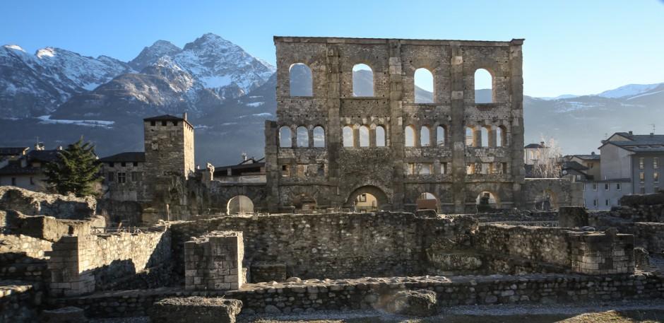 L'area del teatro romano. Sullo sfondo le cime del Mont Emilius e della Becca di Nona. Foto: Enrico Romanzi