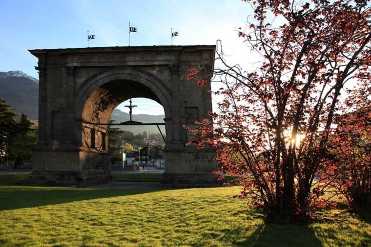 L'Arco di Augusto visto da ovest
