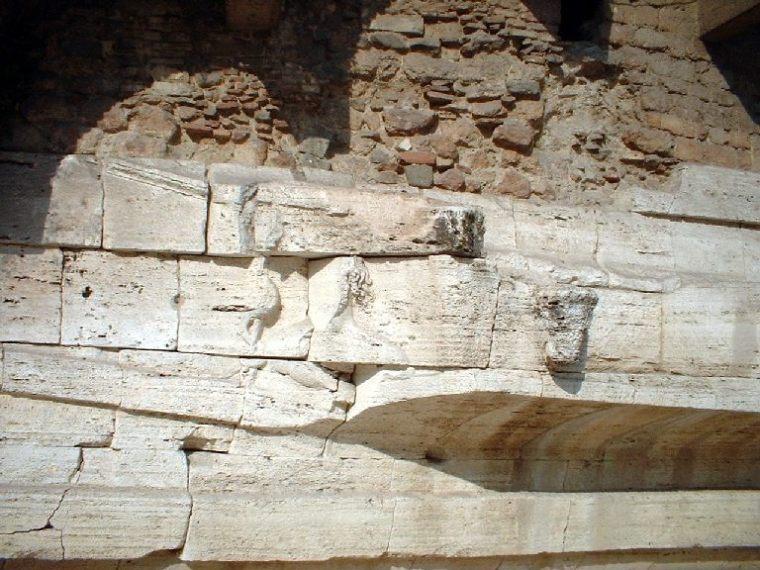 Il rilievo raffigurante il dio Esculapio col bastone e il serpente sulla prua della nave che diede origine all'isola Tiberina (isolatiberina.it)
