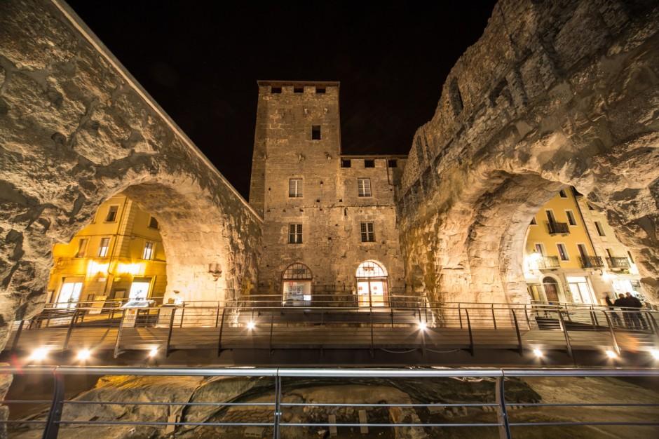La Porta Praetoria di sera (Foto: Enrico Romanzi)