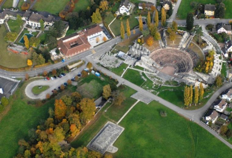 """Teatro e tempio """"indigeno"""" romanizzato (da www.augustaraurica.ch)"""