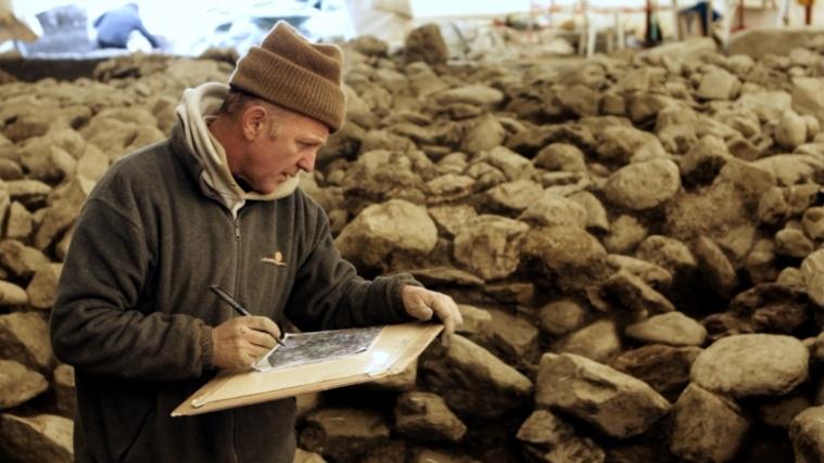 L'archeologo David Wicks verifica il rilievo del tumulo (Akhet-Stevanon)