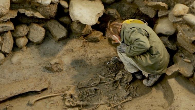 L'osteoarcheologo Ian Marsden al lavoro sulla sepoltura (Akhet-Stevanon)