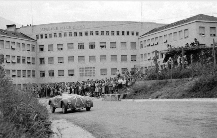 I bolidi dell'Aosta-GSB sfilano rombando davanti al nuovo, grandioso ospedale,1947 (foto concessa da Massimo Acerbi)