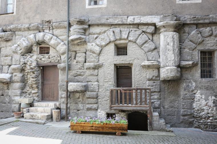Le arcate superstiti all'interno del convento (Foto di Enrico Romanzi)