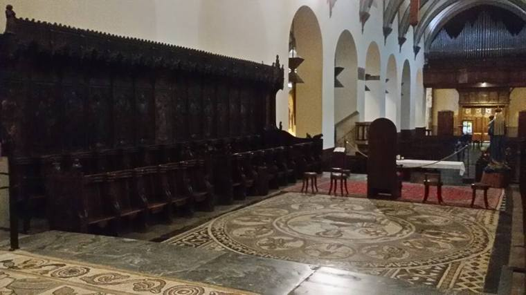La fila sinistra degli stalli gotici