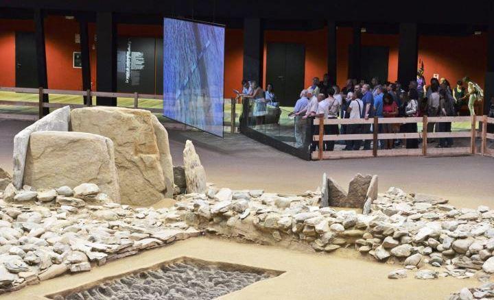 turisti_in_visita_allarea_megalitica_coperta_di__st_matin_de_corleans_vicino_ad_aosta