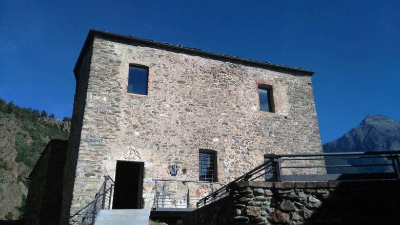 L'ingresso del donjon del castello di Quart (foto: S. Bertarione)