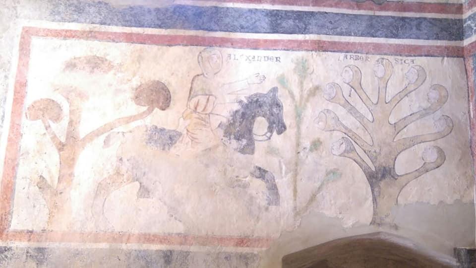 A destra: raffigurazione dell'arbor sica coi suoi nove volti nel donjon del castello di Quart (foto: S. Bertarione)
