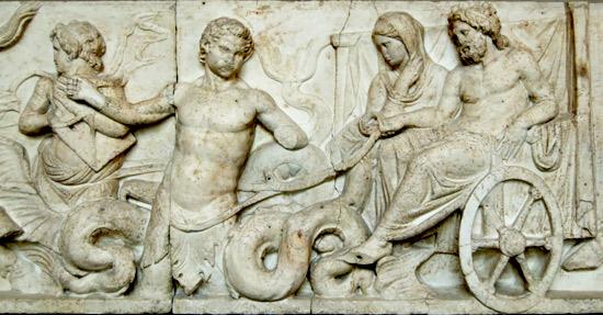 Parte del fregio dell'altare di Domizio Aenobarbo col corteo nuziale di Nettuno e Anfitrite su un carro marino trainato da un Tritone (II secolo a.C.).