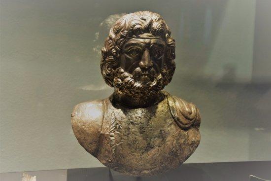 Busto di Giove Graio in argento sbalzato, rinvenuto sul Colle del Piccolo San Bernardo, associato a un ricco corredo rituale.