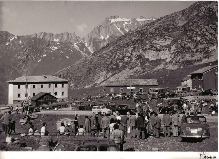 Aosta-Gran San Bernardo. Spettatori assiepati a Fonteinte, 1955-foto Moisio