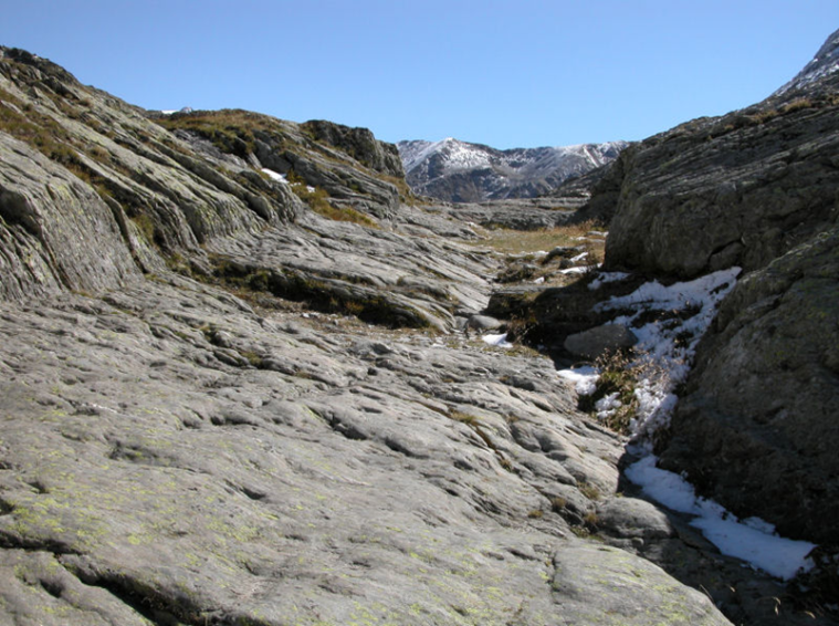 L'antica strada romana ricavata a scalpello nella roccia all'arrivo sul Plan de Jupiter