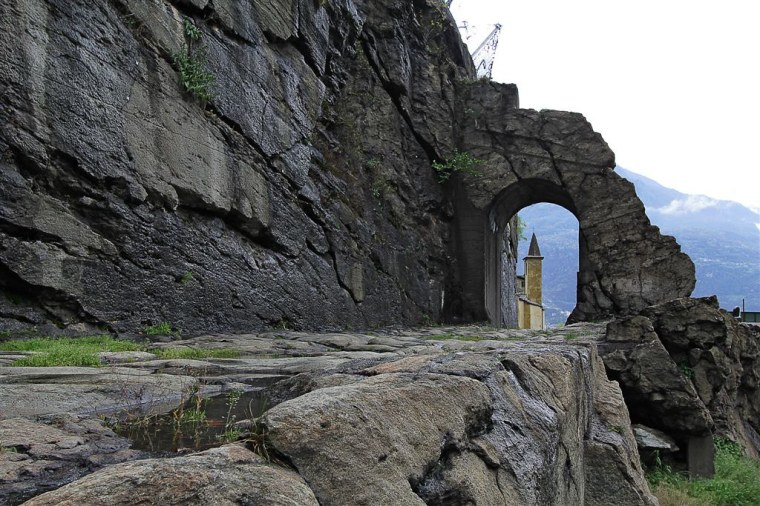 Donnas-la chiesetta di Sant'Orso fa capolino sulla strada romana (M.G.Schiapparelli)