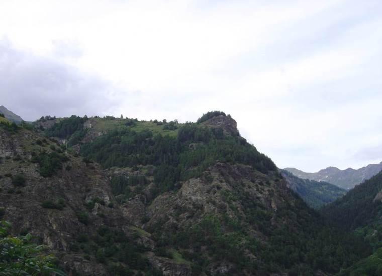L'altura., oggi ricoperta di boschi, dove sorge il castelliere protostorico di Lignan (S. Bertarione)