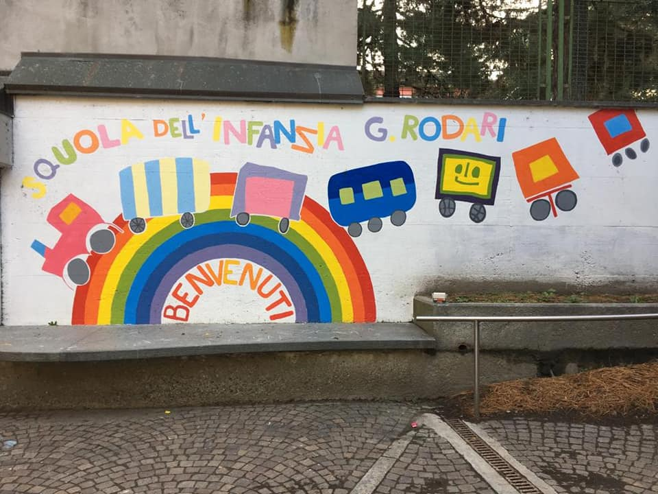 Il grande arcobaleno all'ingresso dell'asilo di Costy