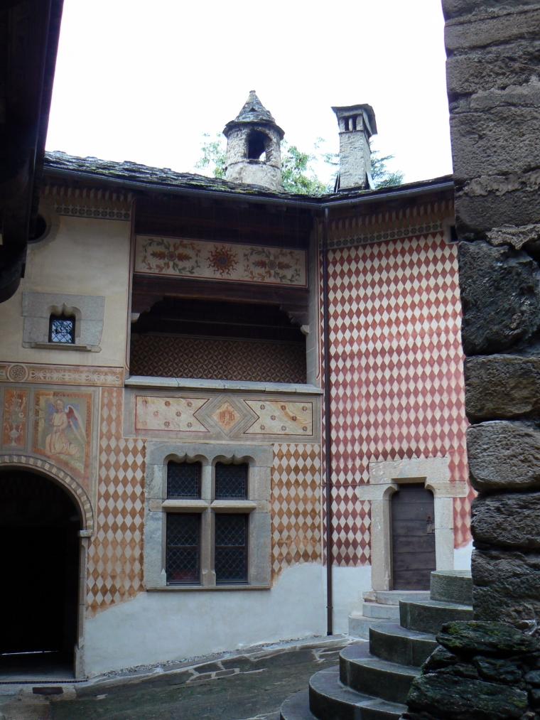 Corte interna del castello di Introd dopo il restauro di inizio Novecento