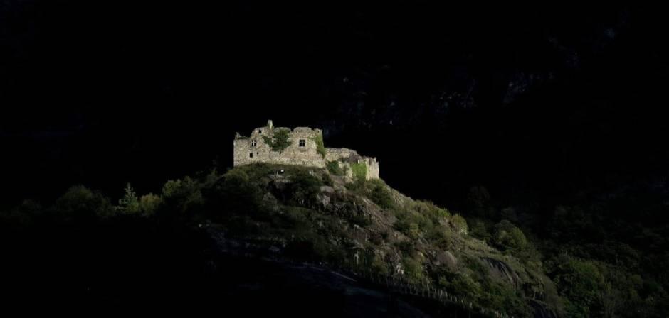 Il Castellaccio di Pont-Saint-Martin in un suggestivo contrasto di luce e buio (foto Sergio Enrico)