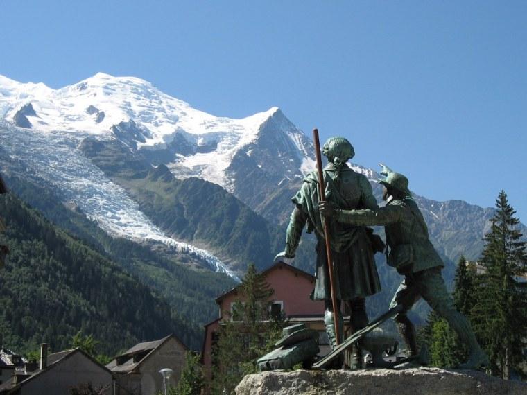 Chamonix-La statua dedicata a Balmat e Paccard