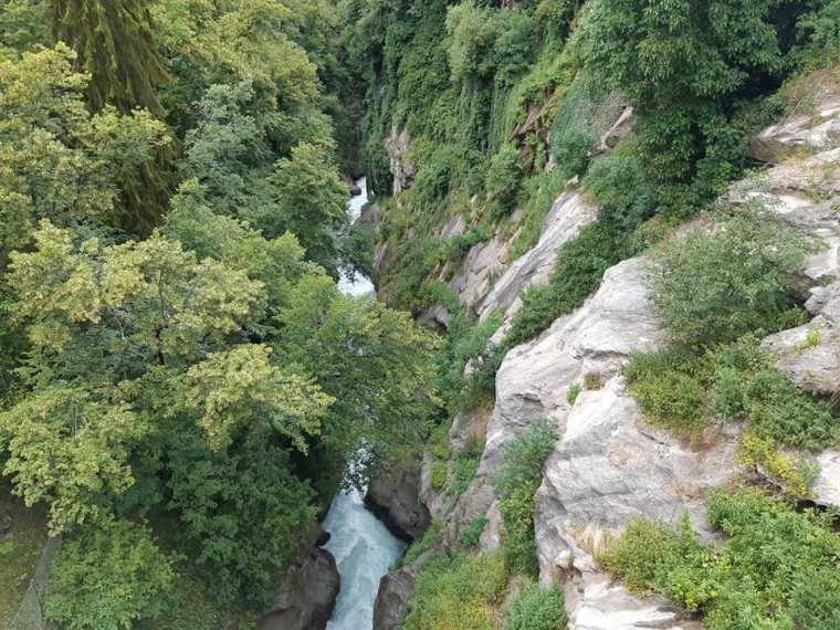 Il torrente Grand Eyvia dal Pont d'Ael guardando verso nord. La sponda destra è viva roccia. (S. Bertarione)